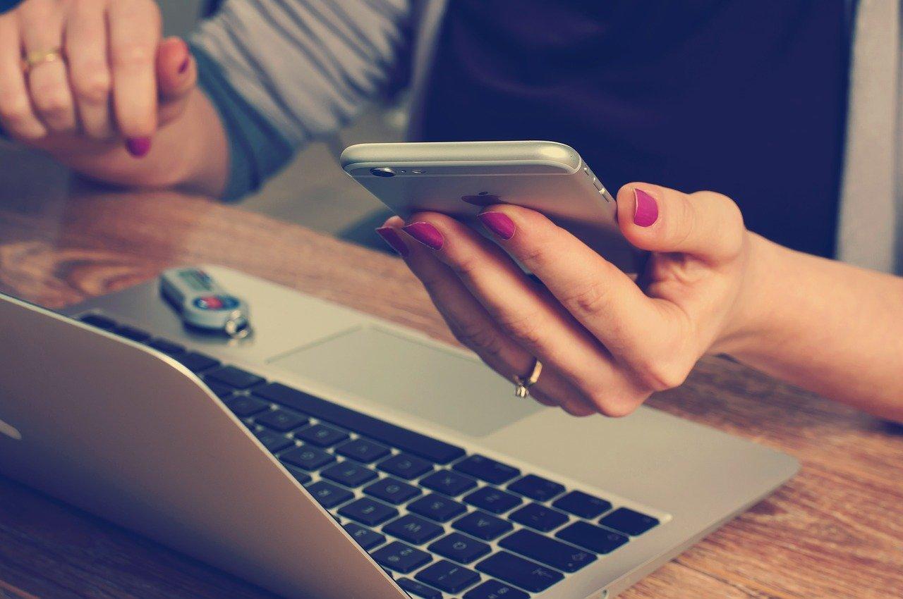 Person med laptop og mobiltelefon, illustrasjon til artikkelen Hvilke fradrag får næringsdrivende?