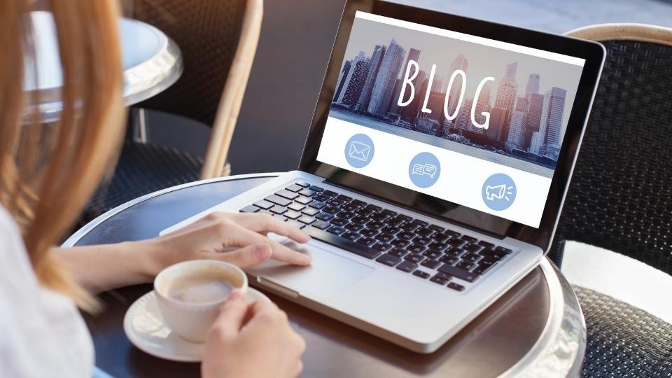 Skatt på blogging er temaet for dette bildet av PC på et kafebord.